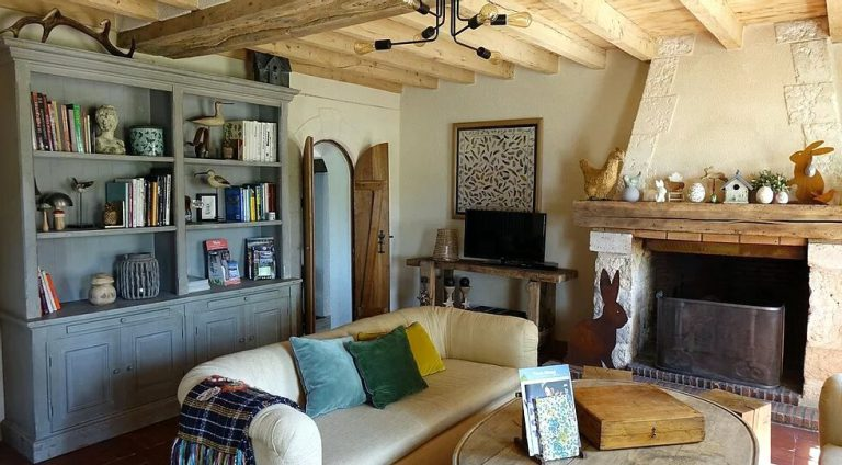 Espace salon du gîte le Montillon, cheminée fonctionnelle en hiver