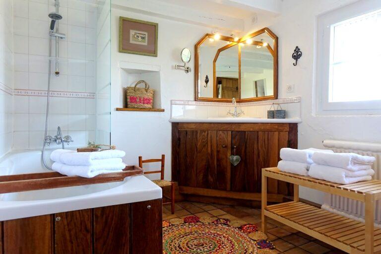 Salle de bains spacieuse du gîte le Montillon, proche des Châteaux de la Loire.